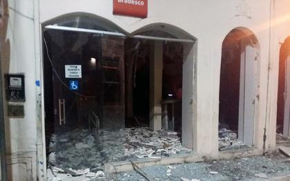Bandidos atacam agência, atiram contra posto da PM e queimam carros na Bahia