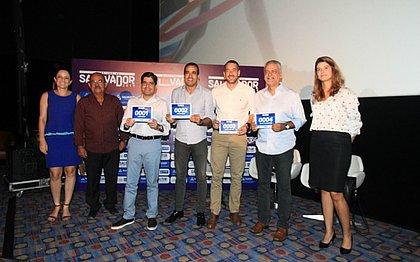 O prefeito de Salvador, ACM Neto, e o vice-prefeito, Bruno Reis, exibem número de peito da Maratona Salvador 2019 durante lançamento do evento