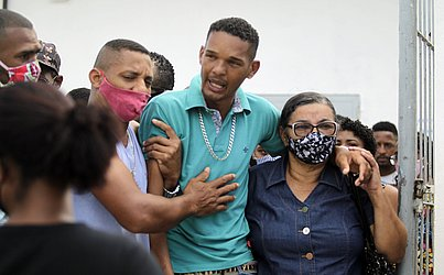 Roberto Pinheiro, 25, marido de Brenda, estava visivelmente abalado mesmo antes da chegada do corpo no Cemitério Municipal de Plataforma.