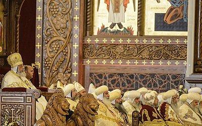 Papa Tawadros II de Alexandria conduz a missa na Catedral da Natividade de Cristo na nova Capital administrativa do Egito.