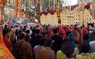 Procissão de casamento da filha do empresário indiano Mukesh Ambani Isha Ambani em frente à casa da família em Mumbai, depois de dias de comemorações que incluiu um concerto de Beyonce num palácio à beira do lago.