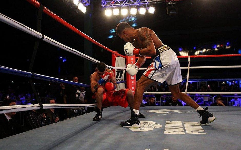 Robson acerta Sergio Estrela e derruba adversário na lona do Boxing For You
