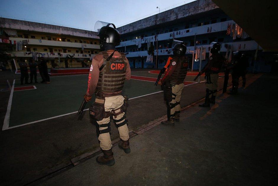 Quatro presos que ordenavam homicídios da cadeia são transferidos de Mata Escura