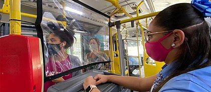 Ônibus de Feira ganham cortina de plástico para evitar disseminação da covid