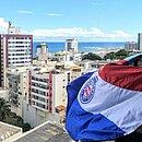 Bandeira do Bahia é exibida na varanda de um apartamento para sinalizar que torcedores tricolores estão em casa