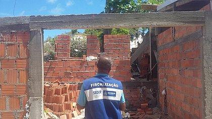 Sedur interdita 12 construções irregulares em área de proteção ambiental em Itapuã