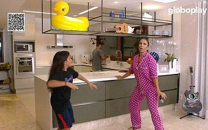Na cozinha de casa, Marcelo dança ao lado da mãe Ivete Sangalo
