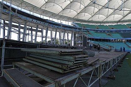 Palco e cadeiras sendo montados no estádio