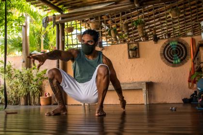 Marcelo Cristal, instrutor de Flow Fit ensina sobre fluidez em movimentos humanos