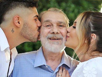Em luto, Zé Felipe postou foto antiga beijando sogro junto com a esposa