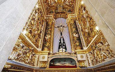 O altar do Santíssimo é de prata e não de purpurina dourada como estava pintado antes.
