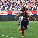 Gilberto comemora o gol marcado de pênalti