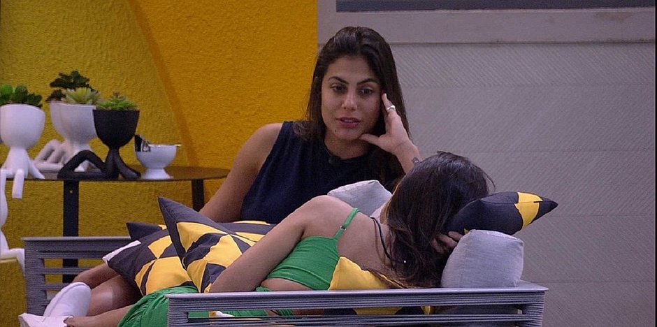 Ivy sabe que está no paredão, e Mari pergunta: 'prefere ir com a Rafa ou Manu?'