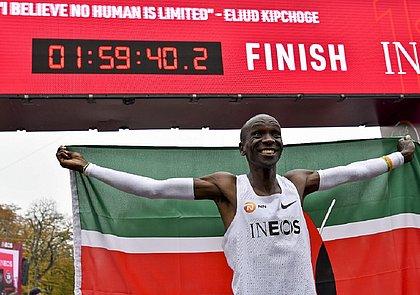 Queniano Eliud Kipchoge comemora na linha de chegada