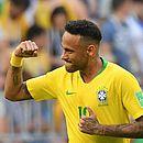 Neymar comemora o primeiro gol do Brasil contra o México