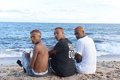 Jovens e moradores de Itapuã, trio formado por Juan, Omar e Igor decidiu adotar o loiro pivete para o verão