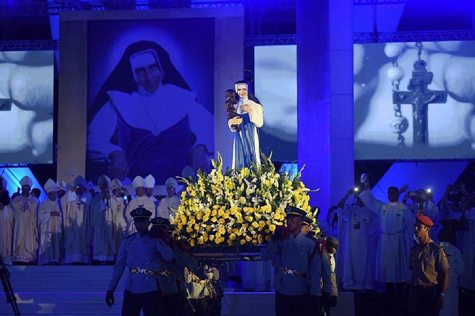 Imagem de Santa Dulce seguiu em procissão após missa