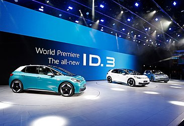 O elétrico ID3, da VW, debutou para o mundo pintado de azul