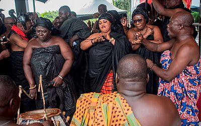 Familiares do ex- diplomata e ex-secretário geral das Nações Unidas, o ganês Kofi Annan, dançam em homenagem a ele na entrada do Centro Internacional de conferências Accra, onde seu corpo permanece até o enterro no dia 13.