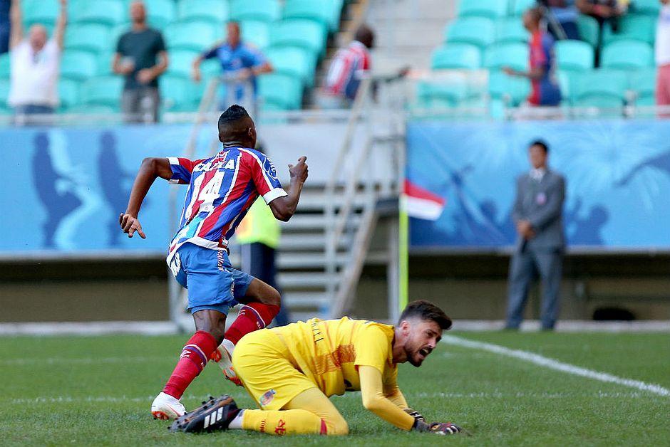 Bahia goleia Vitória por 4x1 com autoridade na Fonte Nova. Léo comemora e  Elias lamenta primeiro gol bec84ba9cd518