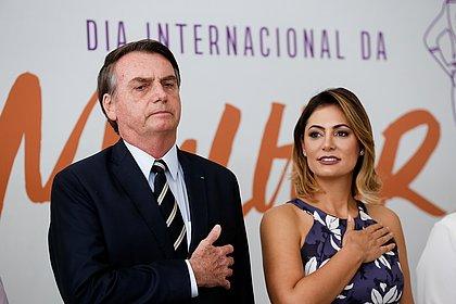 Michele Bolsonaro recebe alta após fazer cirurgia para trocar siliconedas mamas