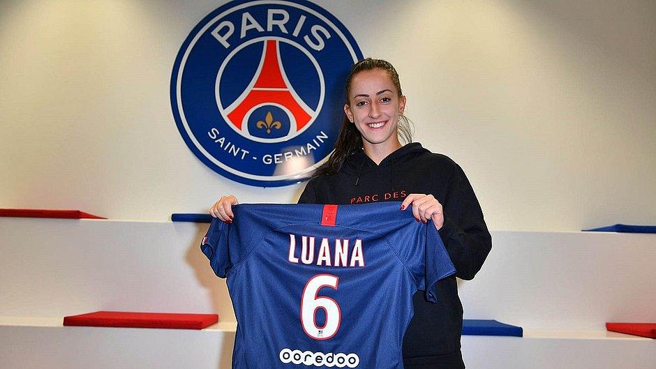 Luana posa com a camisa 6 do seu novo clube