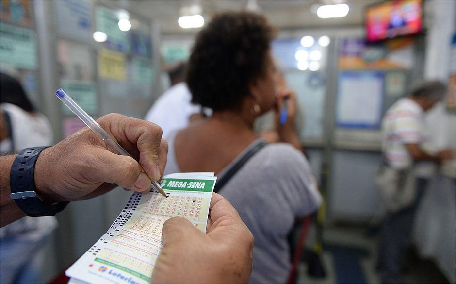 Acumulada, mega-sena pode pagar R$30 milhões no sábado (16)