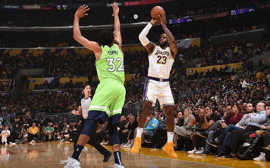 Com show de Anthony Davis e LeBron James, Lakers batem Wolves