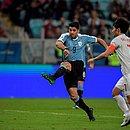 Uruguaio Suárez chuta a gol em partida contra o Japão pela 1ª fase