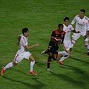 David, do Vitória, enfrenta a marcação de jogadores do Internacional