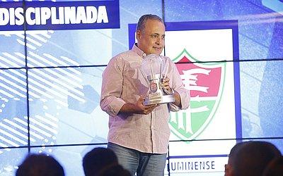 Zé Chico, presidente do Fluminense de Feira, recebe troféu de equipe mais disciplinada