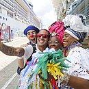 Turista faz selfie com turma do receptivo no Porto de Salvador