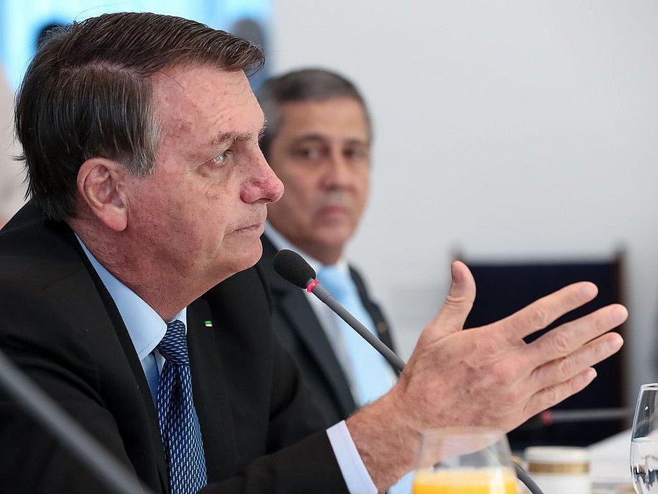 Bolsonaro diz que Pazuello vai esclarecer hoje questão dos números da covid-19