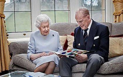 Rainha Elizabeth II e príncipe Philip são vacinados no Reino Unido