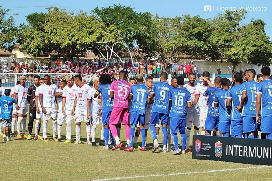Itapetinga (de branco) e Itamaraju durante o jogo de ida da decisão, que terminou 1x1