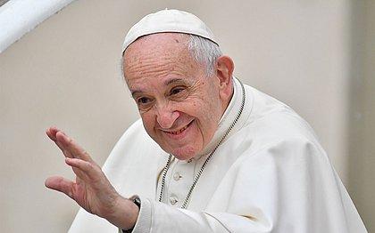 Papa tem 'indisposição' e cancela missa um dia após evento em que beijou fiéis