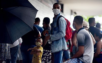 O uso de máscara protetiva passa a ser obrigatório agora para toda a população em 385 municípios da Bahia.