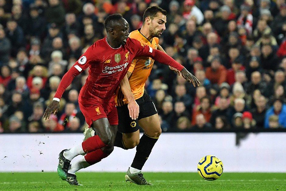 Mané, do Liverpool, disputa bola com Vinagre, do Wolves