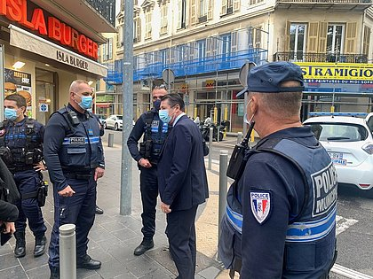 Prefeito conversa com policiais