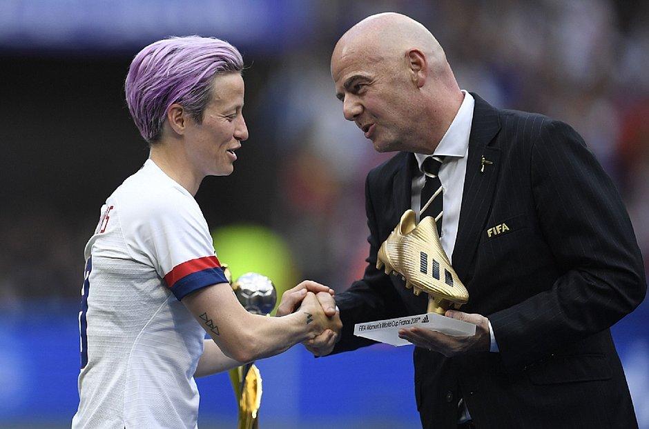 Megan Rapinoe cumprimenta presidente da Fifa, Gianni Infantino