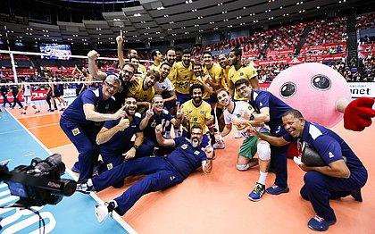 Equipe brasileira festeja vitória contra a Itália e campanha invicta na Copa do Mundo
