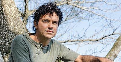 O cantor e compositor carioca comemora 24 anos de carreira com show em formato especial