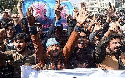 Alunos de Islami Jamiat Teixeira (IJT), uma ala do partido político religioso Paquistão Jamaat-e-Islami (JI), protestam em Lahore, contra a Índia, após a derrubada de dois aviões indianos que sobrevoavam a disputada região da Caxemira.