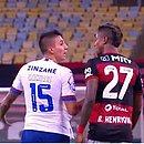 Ramírez e Bruno Henrique discutem durante partida entre Bahia e Flamengo