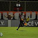 Tréllez sai para comemorar seu gol, o segundo do Vitória contra o Palmeiras