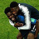 Umtiti, 24 anos, é abraçado por Dembelé, de apenas 21