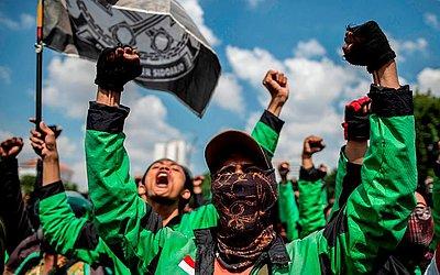 Moto-taxistas de participam de um protesto para reivindicar melhores condições de trabalho em Surabaya.