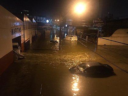 Chuvas arrastam carros e causam estragos em Vitória da Conquista