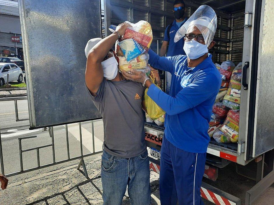 Ambulantes e feirantes recebem alimentos em novos bairros com restrições