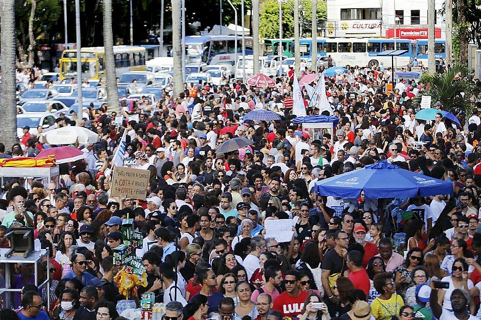 Manifestantes voltam às ruas de Salvador contra bloqueio de verba na educação
